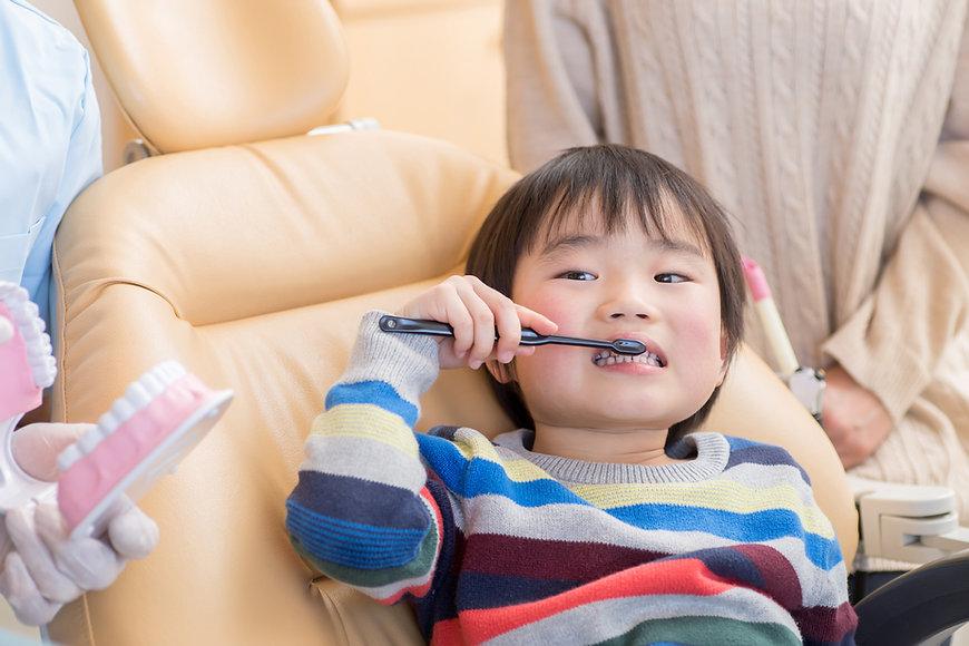 Criança escovar os dentes 2