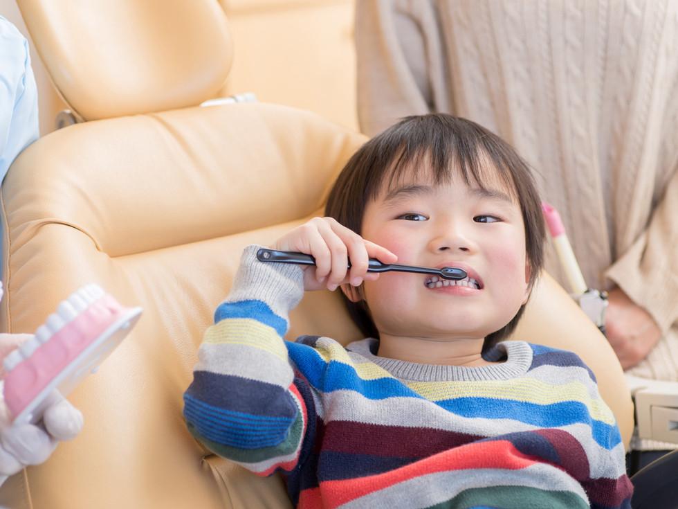 Niño cepillarse los dientes 2