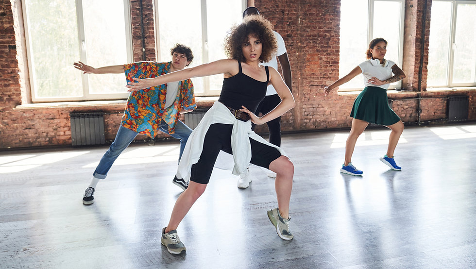 אנשים רוקדים בשיעור היפ-הופ בסטודיו