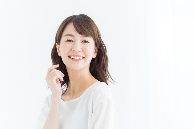 あらきクリニック 笑顔の若い女性