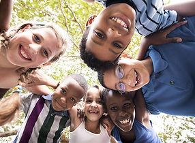 Niños abrazándose en círculo