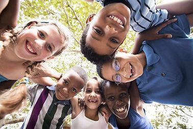 Kinder, die im Kreis umfassen