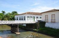 Casas à beira do rio