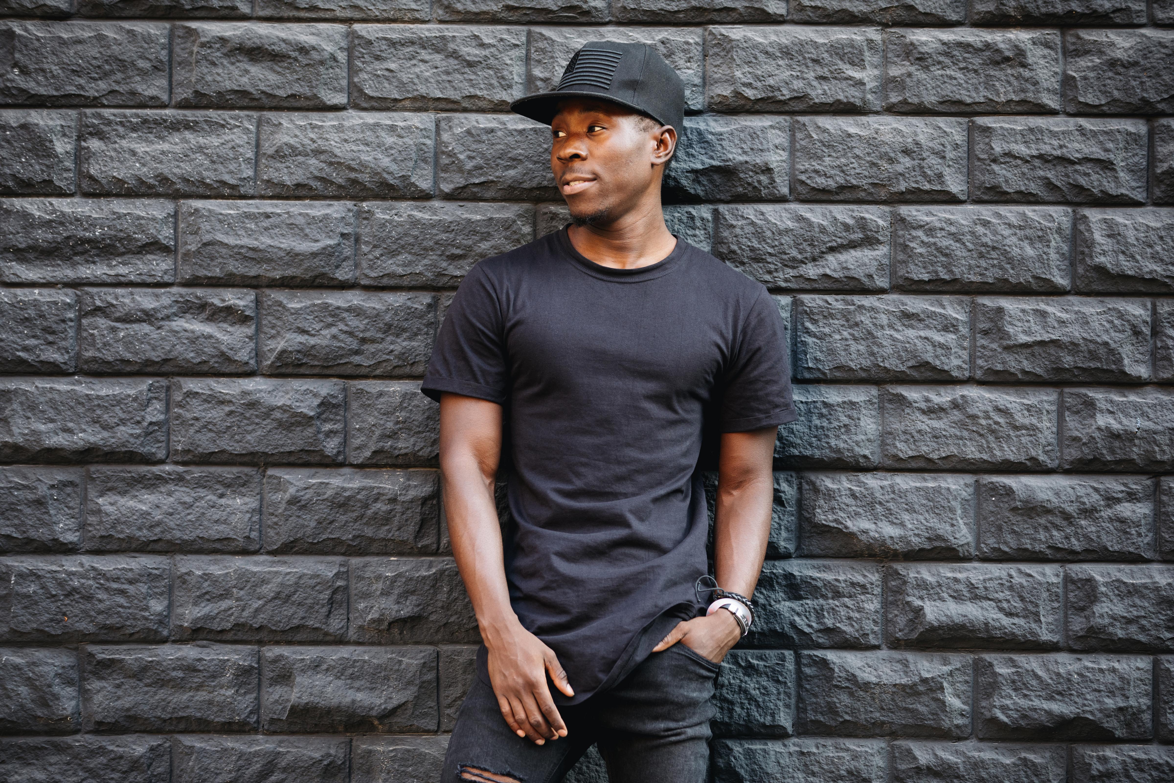 Homme habillé en noir
