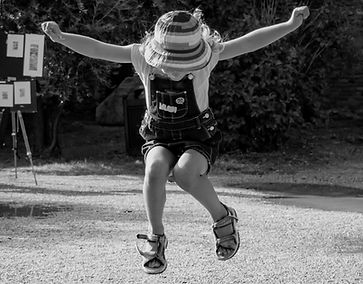 Glückliches Mädchen springen