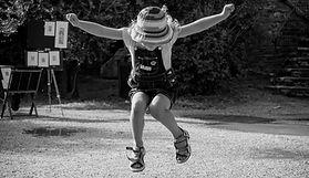 Fille heureuse sautant