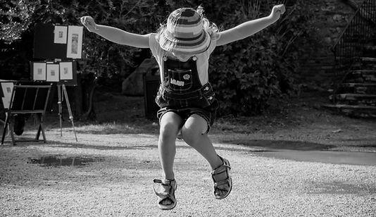 fille-heureuse-sautant