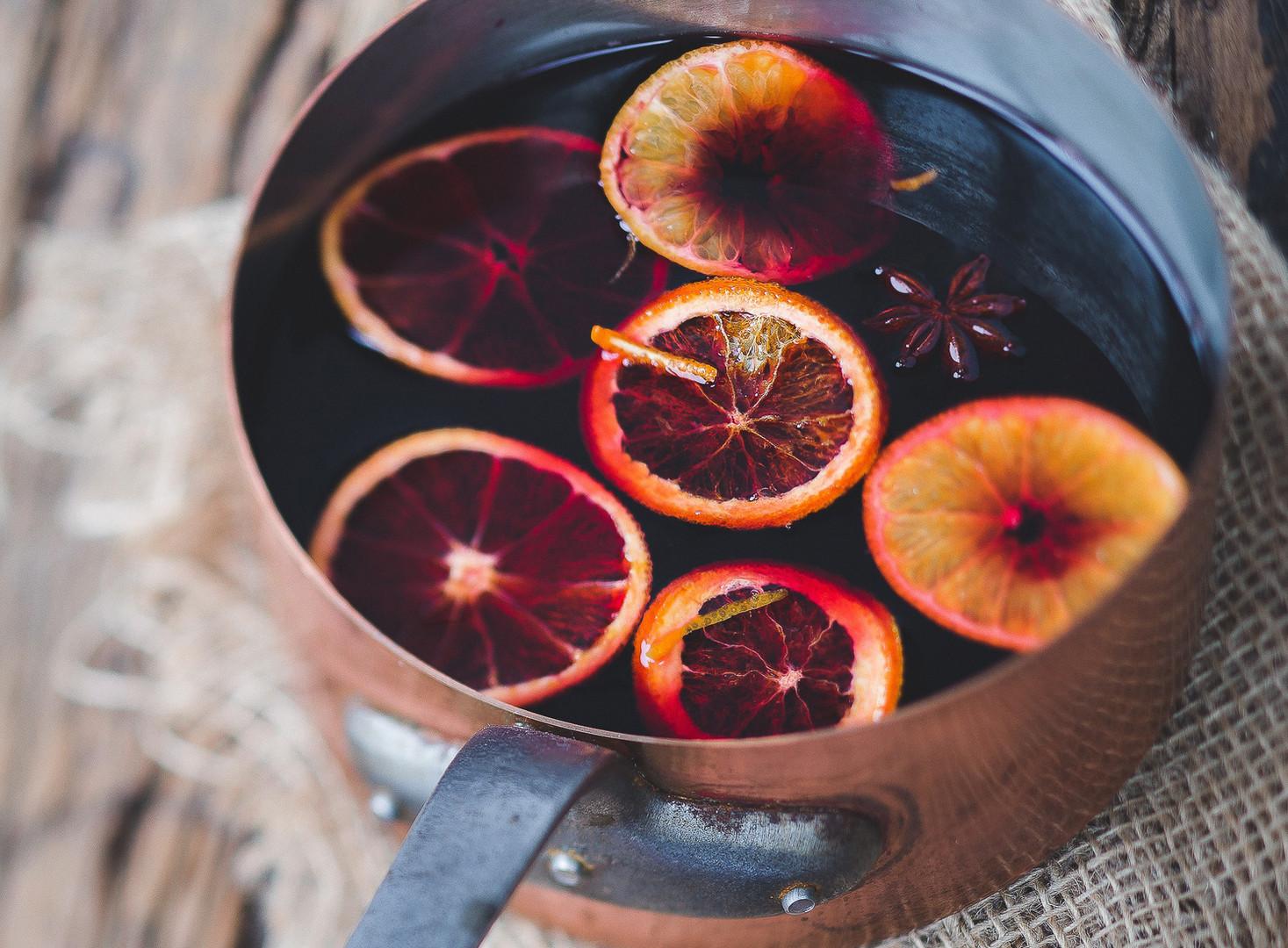 Heißer Glühwein mit Früchten