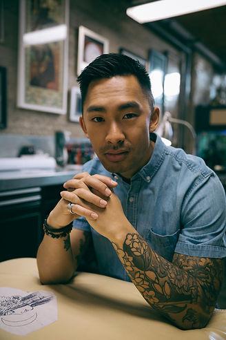 Joven artista del tatuaje