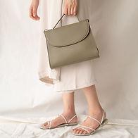 Femme avec sac à main