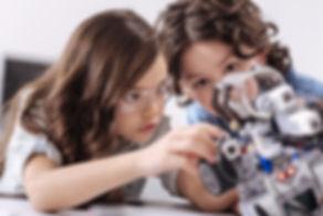 Crianças na aula de tecnologia