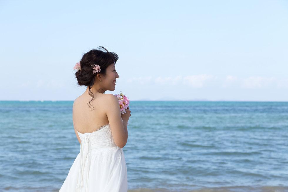 ビーチで微笑む花嫁