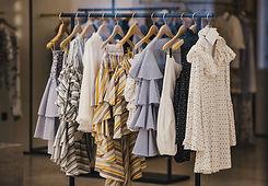 Vêtements sur un portant
