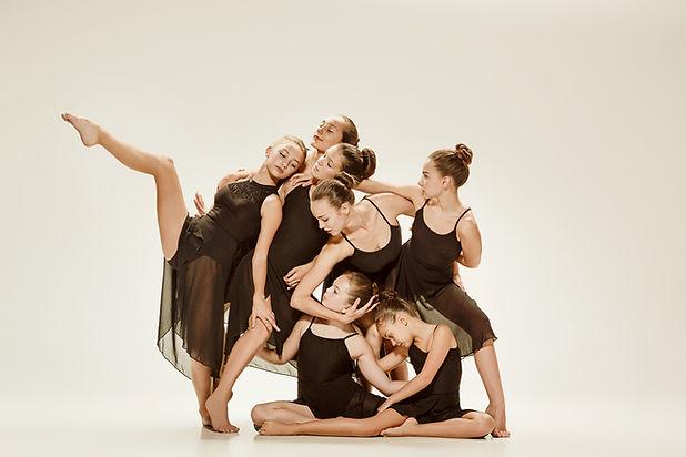 Jóvenes bailarines modernos