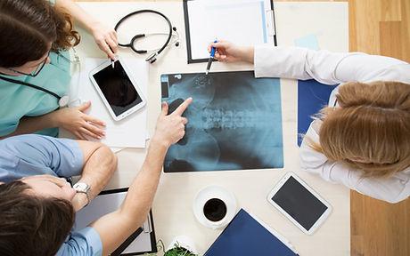 Undersöker röntgen