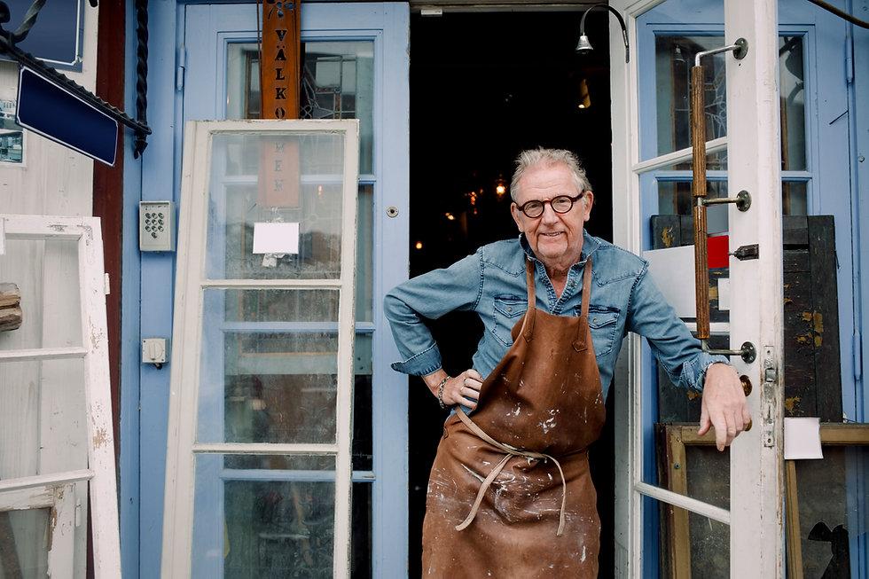 Homme debout à l'extérieur de l'atelier