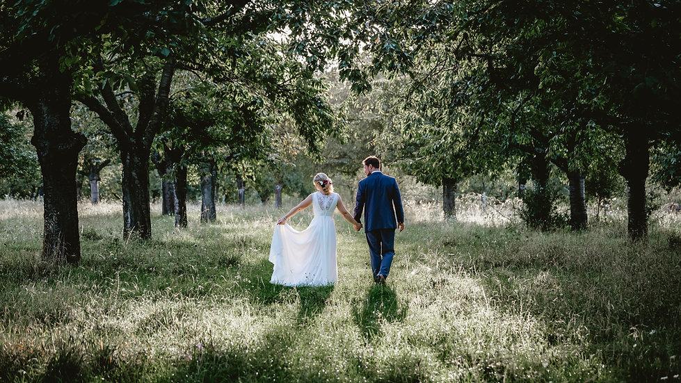 Novia y novio en la naturaleza