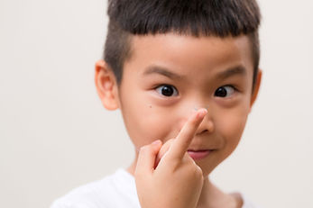 Enfant avec lentilles de contact