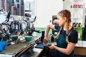 Barista im Café
