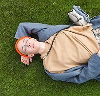 Rustend op gras