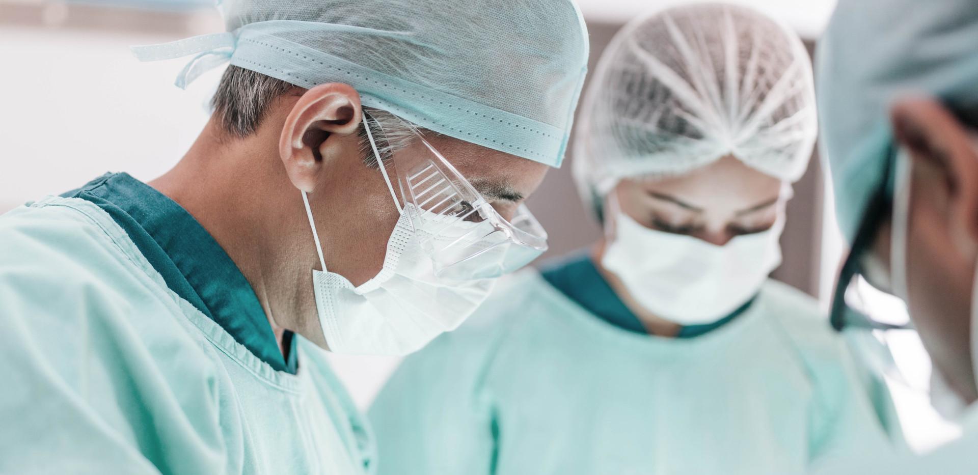 Cirurgiões durante a operação
