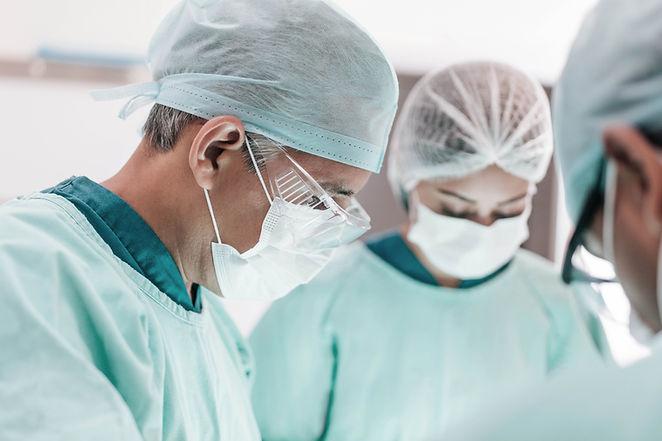 Cirujanos durante la operación