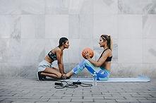 Kobiety trenujące na zewnątrz