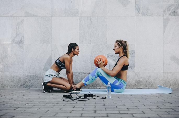 Женщины тренируются на свежем воздухе