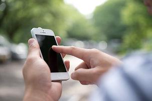スマートフォンを使う男性の手元