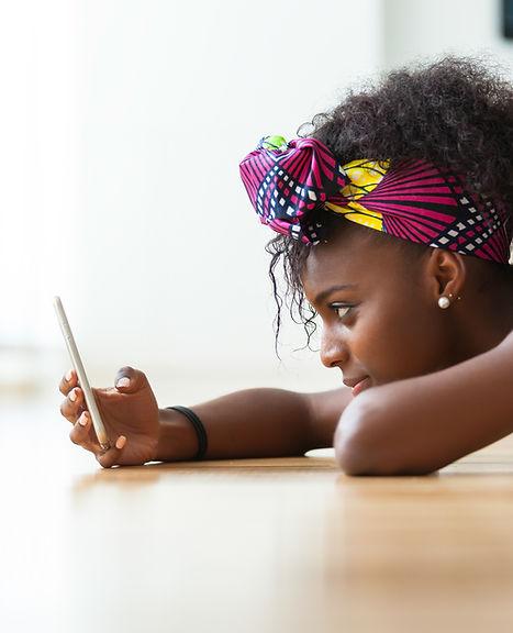 Девушка проверяет свой телефон