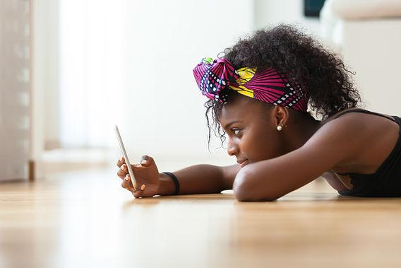Mädchen, das ihr Telefon überprüft
