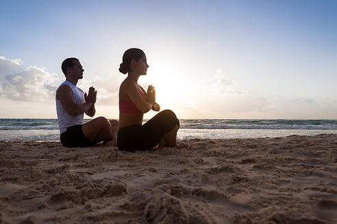 การนั่งสมาธิบนชายหาด