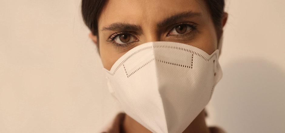 Frau, die Maske trägt