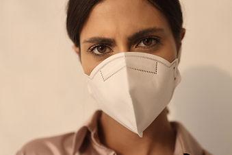 Vrouw die masker draagt