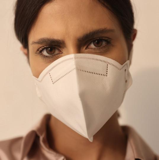Kadın giyiyor maskesi