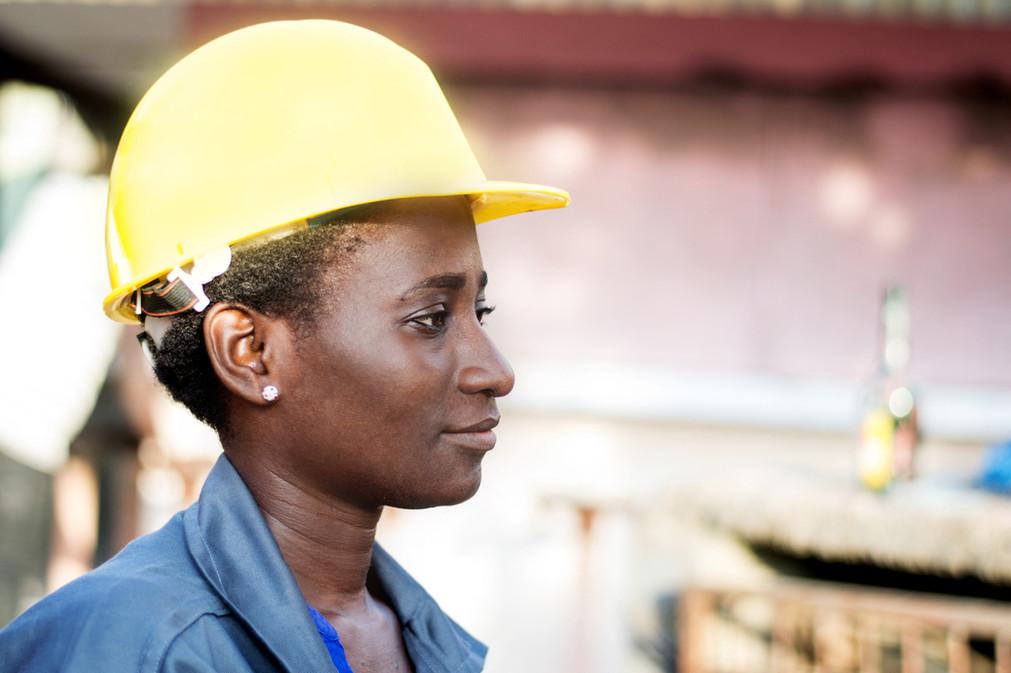 Mulher com capacete de segurança