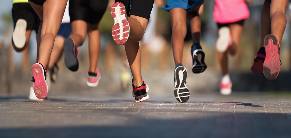 Várias pessoas correndo