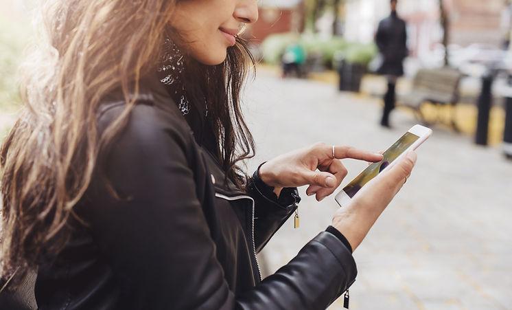 Frau auf ihrem Smartphone