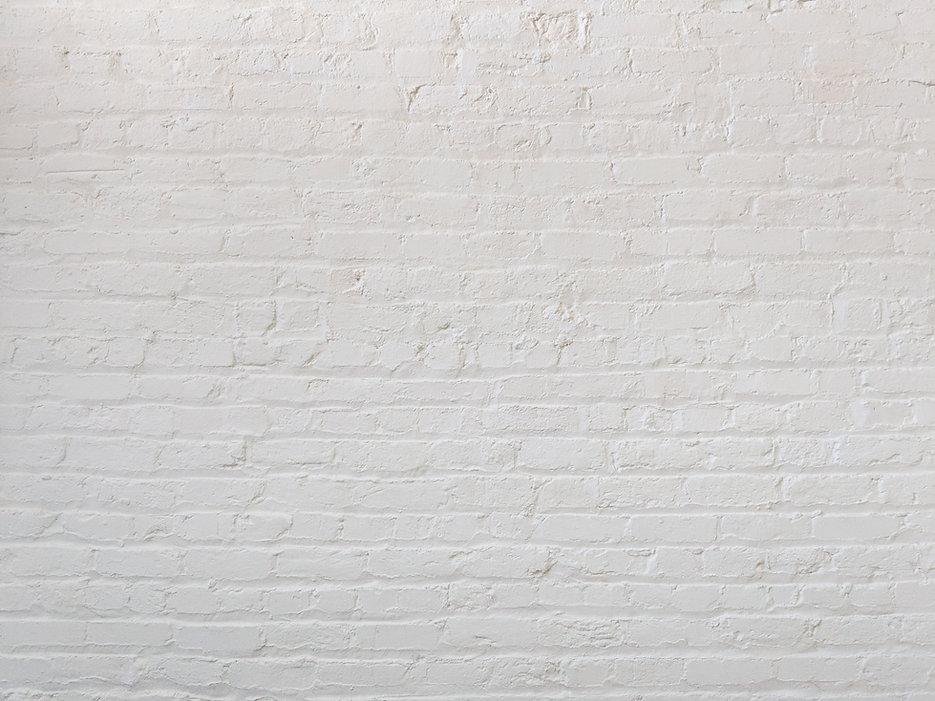 bílá cihlová zeď