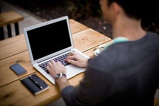 Escribiendo en la computadora portátil