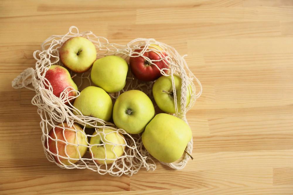 Omenien pektiini kiinteyttää suolen sisältöä.