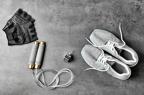 sportschuhe-fitnessschuhe-trainingshandschuhe-stoppuhr-sprungseil-fitnessausrüstung