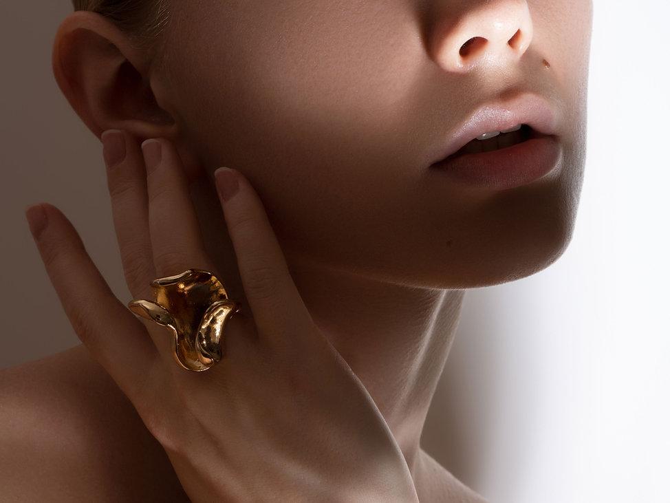 Модель с золотым кольцом