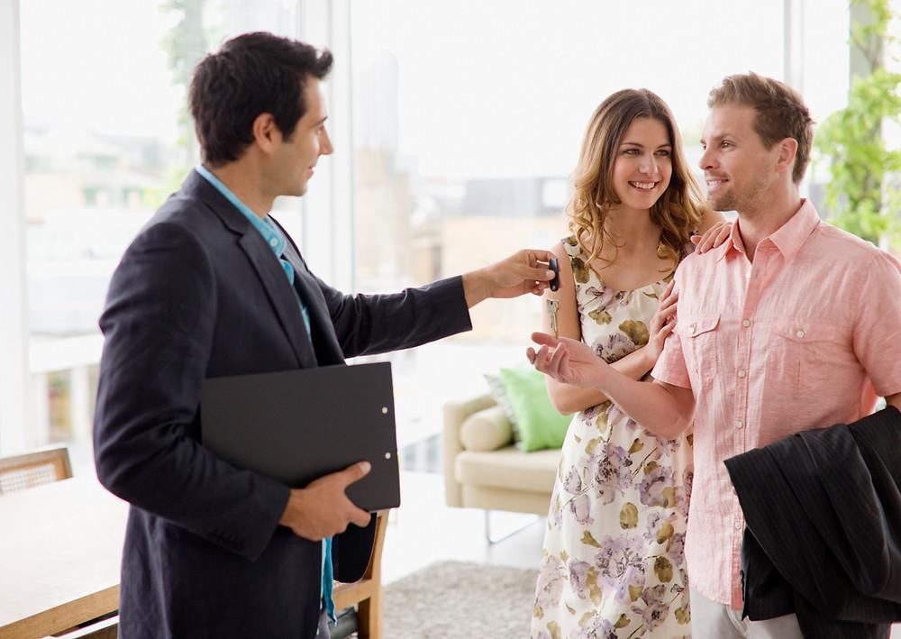 agent immobilier remettant clef à couple