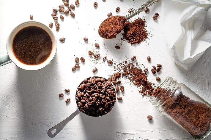 Koffie malen van koffiebonen