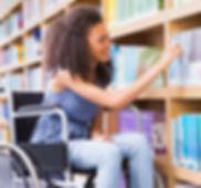 Chica en silla de ruedas