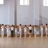 Unga dansare i balettklass