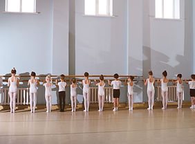 Jeunes danseurs en classe de ballet