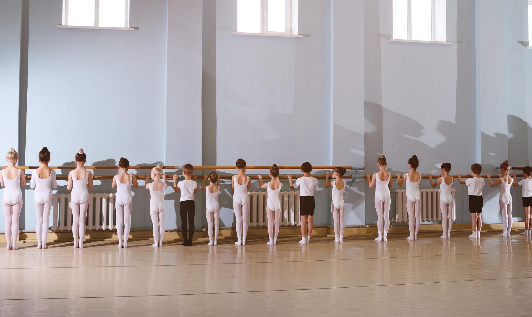 Jovens dançarinos na aula de balé