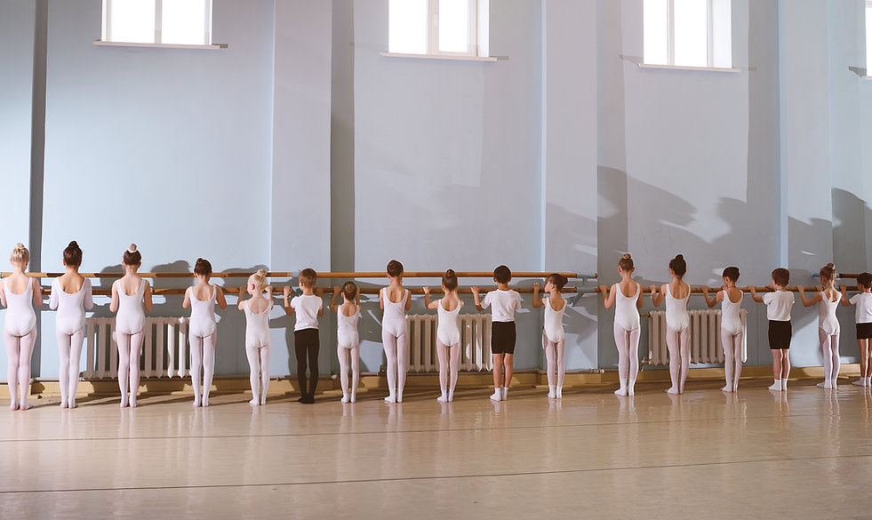 バレエクラスの若いダンサー